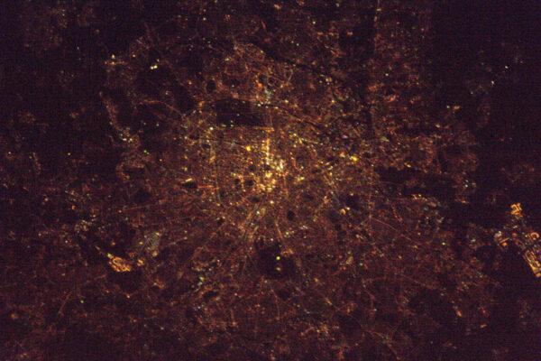 Blížíme se k Paříži, ještě jsem úplně nezazoomoval, ale pokryl jsem oblast od letišť Orly a Roissy. Město světla má správný název – Šťastný nový rok!