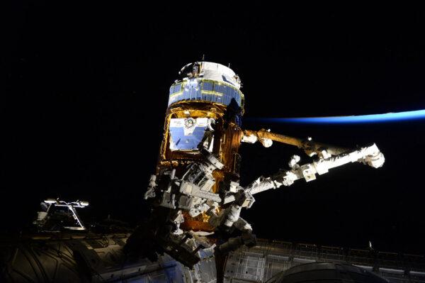 Slunce vychází nad ISS a my se připravujeme na rozloučení s lodí HTV-6. Blíží se konec téhle japonské mise. Dnes nás HTV-6 opustí poté, co k nám donesla mnoho skvělých věcí. Třeba to byly baterie, které jsme připojili při výstupu, malé satelity, které jsme minulý týden vypustili, nebo jídlo a mnoho dalších věcí. Loď jsme naplnili odpadky a později dnes už bude na samostatné cestě, aby následně shořela v atmosféře. Já a Shane Kimbrough budeme robotičtí operátoři, kteří loď oddělí od ISS. Sledujte živý přenos od 16:00 SEČ. Je to taková naše zlatá krabička.