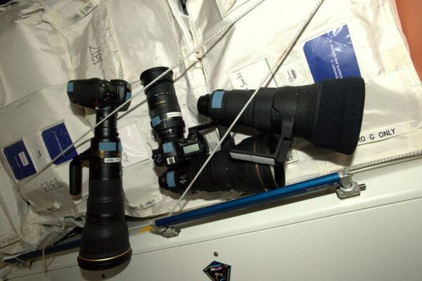 Některé z velkých objektivů, které používáme pro focení z ruských oken, nebo z Cupoly. Proto je skladujeme na půli cesty – v modulu Node 1 (Unity). Musím říct, že 800 mm × 1.4 a 50-500 mm jsou skvělá skla pro focení Země.