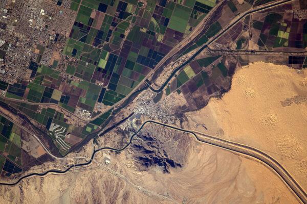 Využívání krajiny a dopady lidské činnosti na přírodu jsou dvě kritická témata. Město, zavlažovaná pole a poušť v Arizoně.