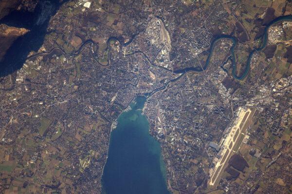 1/2 Ženeva a její jezero vypadají během tohoto zimního dne velmi klidně. Na téhle fotce můžete vidět i známou fontánu.