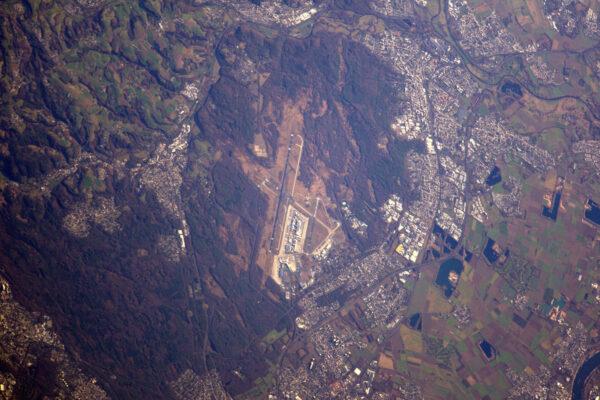 Tohle je letiště v Kolíně nad Rýnem, ale je tu vidět i moje pracoviště, když jsem na Zemi – Evropské středisko přípravy astronautů. Zdravím vás všechny!