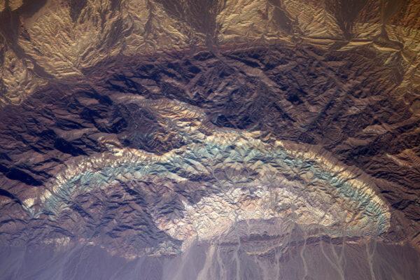 Tyhle skalní formace v Íránu vypadají prostě jako zmuchlaný vícebarevný papír.