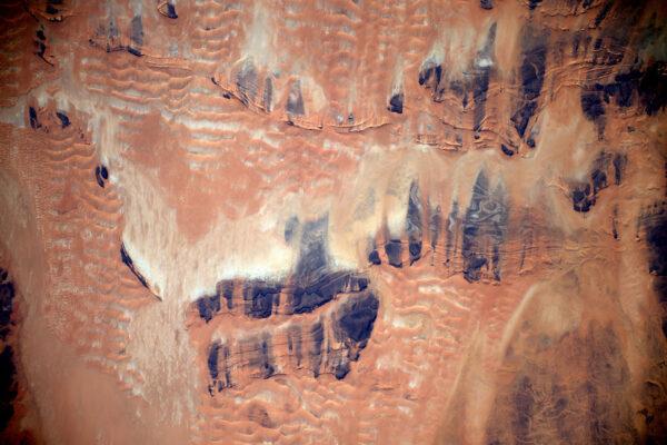 Vítr modeluje duny na Sahaře a nikde v dohledu není žádná voda.