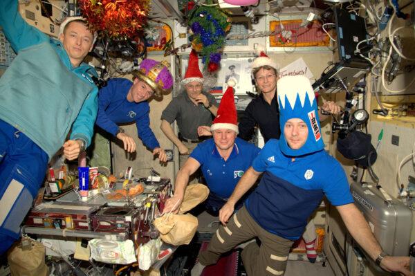 Kompletní posádka 50. expedice na ISS Vám přeje krásný rok 2017! Měli jsme možnost slavit příchod nového roku ve třech různých časových zónách (ruské, francouzské a americké), protože před pár lety několik států věřilo v myšlenku z budoucnosti. Ti lidé věřili ve vědu, technologii a mírový průzkum pod hlavičkou mezinárodní spolupráce, aby svým podílem zlepšili svět. Věřili, že zaměření se na složitý cíl přinese našim dětem jen to nejlepší. Měli pravdu a my, tady nahoře v tom celém hrajeme naši malou roli.