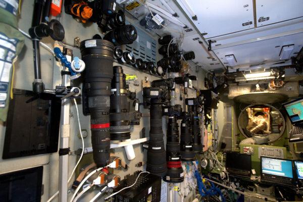 Hodně fotoaparátů je v ruské sekci. Navíc mají skvělá okna, která míří přímo k Zemi. Napravo je vidět notebook, který nám ukazuje data z navigačního softwaru.