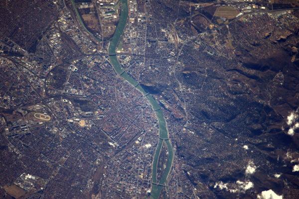 Oba břehy Dunaje nám na jednom snímku ukazují Budu i Pešť … Budapešť!