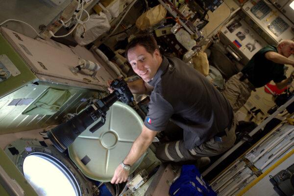 2/2 Lidé se mne často ptají, jak pořizujeme všechny ty snímky – máme na ISS hodně fotoaparátů a k tomu navíc i skvělý výhled. Během víkendu používáme navigační software, abychom přesně určili naši polohu a ve správnou chvíli vykoukneme z okna. Můžete předvídat přelety ISS nad určitým městem a … věřit, že bude dobré počasí. Mraky znamenají, že z fotky nebude nic. Používáme Nikon D4S a máme k němu hodně objektivů. Od 8mm (pro interiérové fotky v malých modulech) až po 800mm s ×1,4 telekonvertorem, což je náš největší teleobjektiv a moje jasná volba. Letíme tak rychle, že přelety jsou hodně krátké. Musíte tedy kompenzovat pohyb stanice, pokud chcete mít ostré fotky. Je mnoho možností, jak být kreativní – časosběry, noční fotky a tak dále.