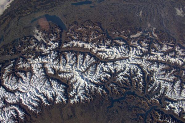 Pro pilota docela vysoký přelet nad Alpami. Vypadá to jako kdybyste se dívali do mapy, která se scrolluje moc rychle. Chybí mi sníh a venkovní aktivity.