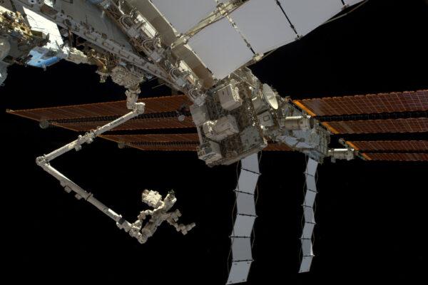 Pravá strana ISS. Pod solárními panely můžete vidět baterie, které budeme při našem výstupu měnit.