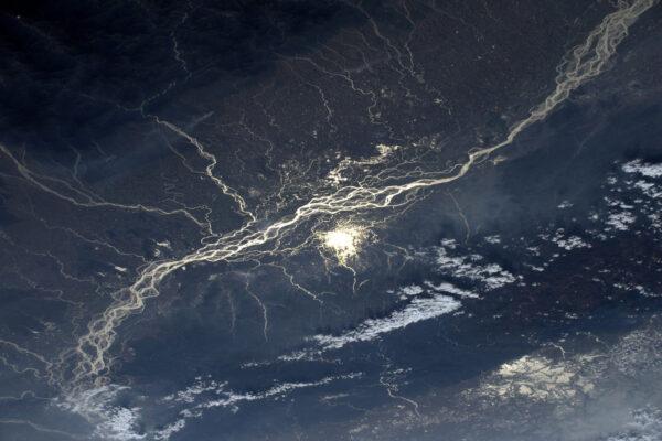 Slunce se odráží v indické řece Brahmaputra. Dnes je Den indické republiky.