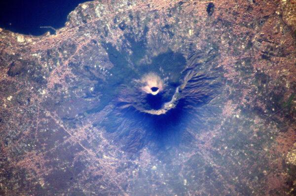 Sopka Vesuv vypadá z vesmíru impozantně, ale město Neapol hned vedle to asi příliš netěší.