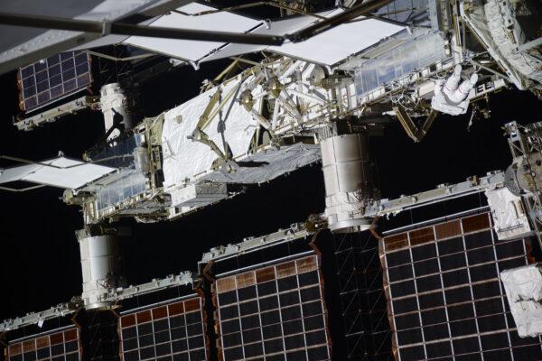 Abyste získali přehled o tom, jak velká ISS je. Na téhle fotce je astronaut během kosmické vycházky … najdete ho? Mimochodem je to Shane Kimbrough, protože má červené pruhy. Můj skafandr byl celý bílý.