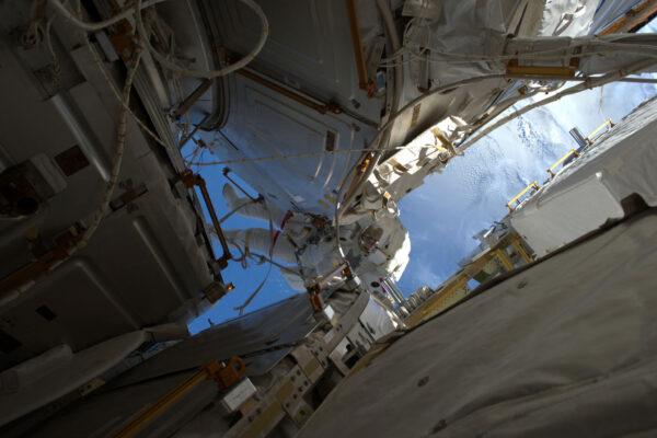 Shane byl při výstupu prostě borec a nejlepší učitel, Peggy byla neuvěřitelně efektivní v tom, jak nás dostala ven a pak zase zpátky přes ty miliony kroků různých procedur. Oleg v přechodové komoře hodně pomáhal a pak pořídil tuhle skvělou fotku z toho nejkomplikovanějšího možného místa – z malého okénka v Sojuzu!