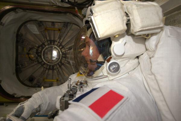 Čekám v přechodové komoře před tím nejdůležitějším momentem své dosavadní mise – kosmickým výstupem. za fotku děkuji Peggy Whitson.