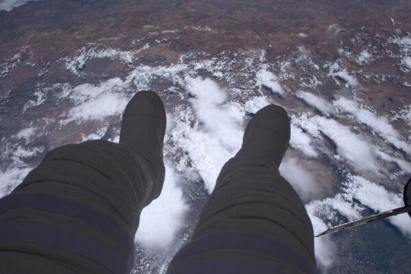 Takhle vypadá výstup do volného prostoru: 400 kilometrů prázdnoty pod vašima nohama.