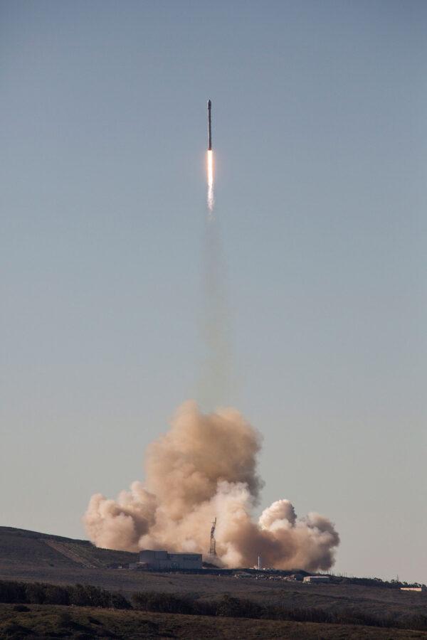 Devět motorů Merlin 1D žene raketu k obloze