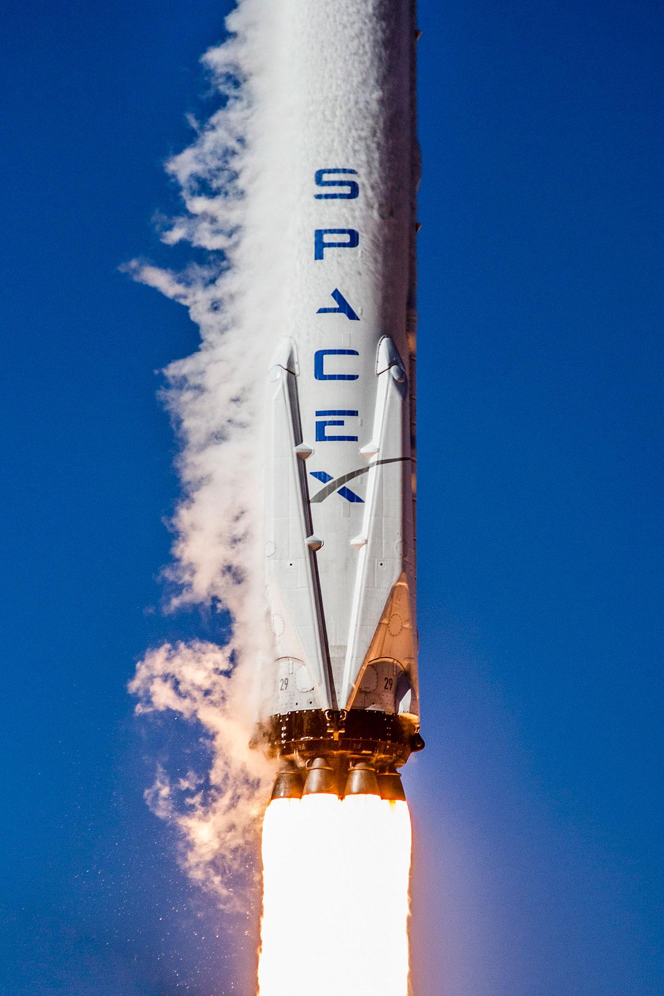 Málo platné detaily rozsvítí každou galerii. Povšimněte si čísla 29 pod přistávacíma nohama. Počínaje tímto startem SpaceX své první stupně čísluje, aby v nich bylo jasno.
