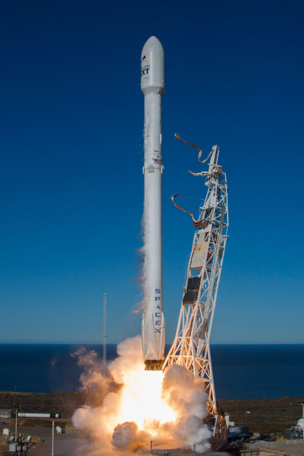 Krásná fotka pořízená jen pár sekund po startu - povšimněte si hadic, které jsou stahovány k transportní konstrukci.