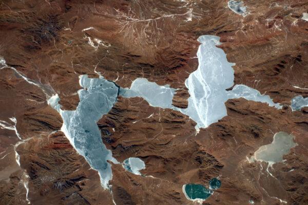 Tohle zamrzlé jezero leží v Andách ve výšce více než 5 000 metrů! To není na jezero špatný výkon ;)