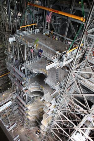 Instalace poslední plošiny v hale VAB