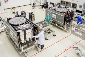 Archivní snímek dvou družic Galileo v čisté místnosti na kosmodromu v Kourou