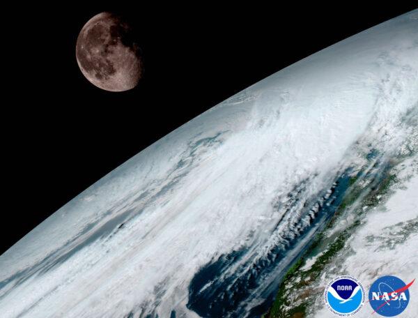 Přístroj ABI zachytil i Měsíc nad zamračenou Zemí.