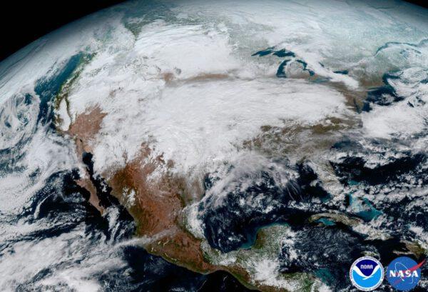 Severní Amerika zahalená oblačností na snímku z přístroje ABI