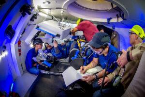Astronaut Eric Boe při nácviku v maketě lodi Starliner