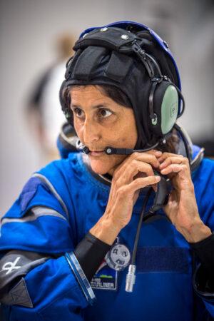 Sunita Williams při zkoušce komunikačního zařízení pro loď Starliner