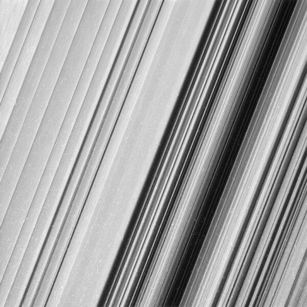 Podrobnější snímky prstence B umožňují prozkoumat jeho jemnou strukturu