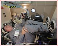 Kosmonaut Mark Serov testuje novou pilotní sedačku v maketě kosmické lodi Federace