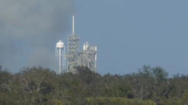 Spaliny ze zážehu se již rozplývají Rampa 39A čeká na svůj premiérový start s Falconem 9