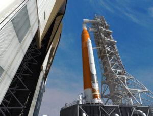 Vizualizace vývozu rakety SLS z montážní haly VAB.