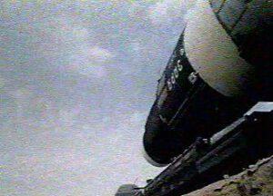 """Vývoz DOSu-1 na startovní rampu. Nápis """"Zarja"""" na boku je zřetelně viditelný."""