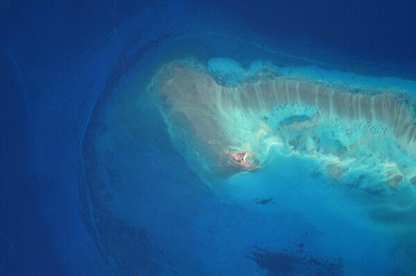 Z výšky to vypadá, jako kdyby tenhle nádherný písečný ostrov ustupoval … kdesi v Indickém oceánu.
