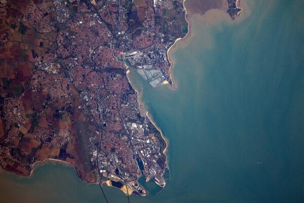 La Rochelle spojuje Ile de Ré s kontinentální Francií a je to nádherné přístavní město, které byste měli navštívit.