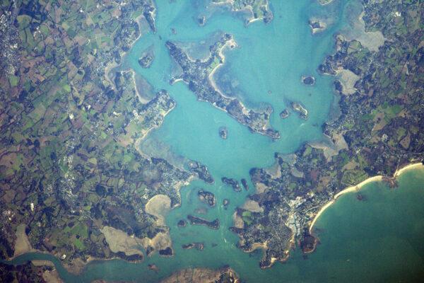 Pastelové barvy kolem Port Navalo a příjezd do zálivu Morbihan.