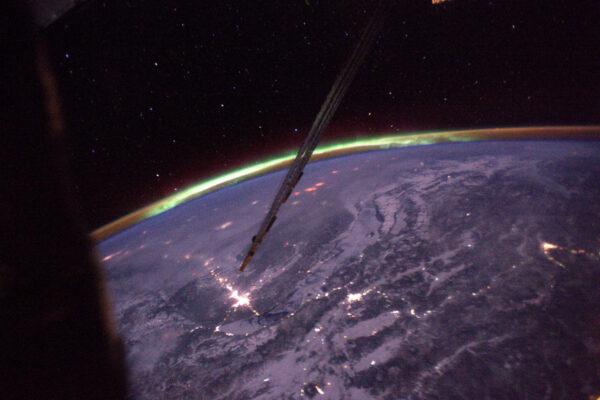 3/4 Po dvou měsících ve vesmíru jsem viděl svou první polární záři!! To magické zelené světlo v dálce. Těžko se fotí, ale určitě udělám lepší. Vždycky je něco, na co se člověk může na ISS těšit. Záře nastává, když silná radiace ze Slunce zasáhne naši atmosféru a doslova ji rozsvítí. Je to vlastně vizualizace zemského magnetického pole, které chrání pozemský život před kosmickým zářením.
