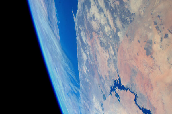 Často se dívám přímo dolů na různé zemské útvary, ale pohled do strany je z ISS také úžasný. Modrá Země vypadá, jako kdyby zářila podél svého zaoblení vůči vesmírné temnotě.
