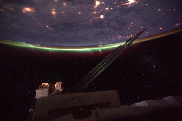 4/4 Po dvou měsících ve vesmíru jsem viděl svou první polární záři!! To magické zelené světlo v dálce. Těžko se fotí, ale určitě udělám lepší. Vždycky je něco, na co se člověk může na ISS těšit. Záře nastává, když silná radiace ze Slunce zasáhne naši atmosféru a doslova ji rozsvítí. Je to vlastně vizualizace zemského magnetického pole, které chrání pozemský život před kosmickým zářením.