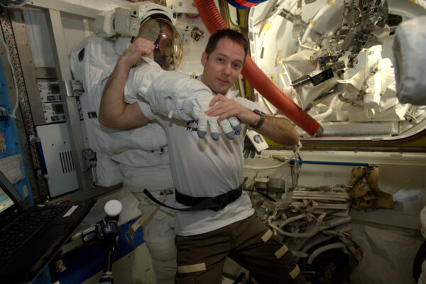 1/2 Snažím se, abych si i při pobytu na ISS udržel schopnosti v judu, což vzhledem ke stavu beztíže není snadné. Ale zase na Zemi tyhle obleky váží víc, než Teddy Riner ;) (francouzský zápasník v judu – zlatý olympionik z let 2012 a 2016 – pozn. překl.). Tenhle víkend je v Paříži soutěž Paris Grand Slam v judu. Tomuhle sportu vděčím za mnohé – je to skvělý prostředek pro tělo i mysl, stojí na hodnotách respektu, přátelství a odvahy.