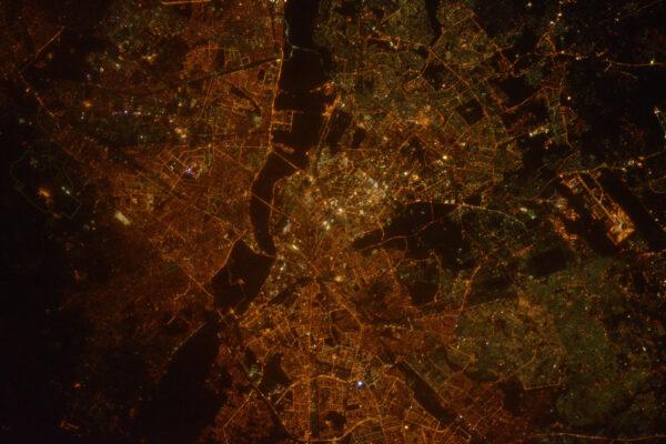 Pohled na Nové Dillí v noci. Metropole se rozkládá i daleko za hranice tohohle snímku.