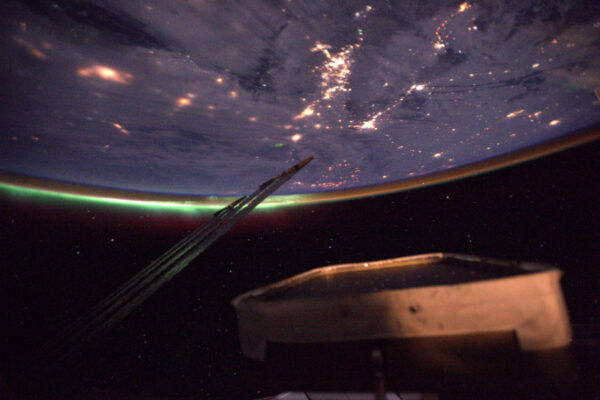 2/4 Po dvou měsících ve vesmíru jsem viděl svou první polární záři!! To magické zelené světlo v dálce. Těžko se fotí, ale určitě udělám lepší. Vždycky je něco, na co se člověk může na ISS těšit. Záře nastává, když silná radiace ze Slunce zasáhne naši atmosféru a doslova ji rozsvítí. Je to vlastně vizualizace zemského magnetického pole, které chrání pozemský život před kosmickým zářením.