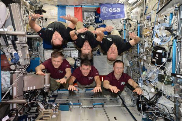 Ve vesmíru neexistuje nahoře a dole. Posádka 50. dlouhodobé expedice, k Vašim vesmírným službám Vás zdraví!