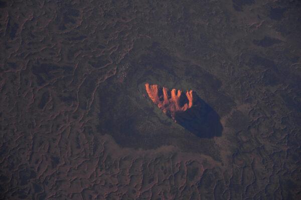 Tohle je fotka, kterou jsem chtěl udělat už dlouho. Ayer's rock v Austrálii (v jazyce Aboridžinců je to Uluru). Tohle je posvátné místo a markantní krajinný prvek. Z ISS se nehledá snadno, ale měl jsem štěstí, protože slunce zrovna klesalo k obzoru.