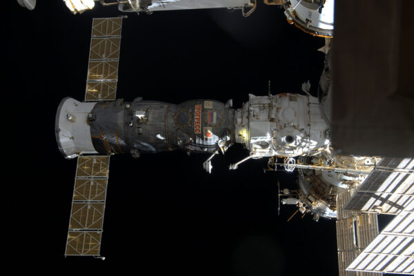 1/2 Další zásobovací loď opouští mateřskou základnu! Celá ISS se svými rozměry a hmotností se v úterý otočila tak, aby mohla loď Progress odlétnout. Při téhle orientaci se odlétající Progress dostal na vyšší a tím pádem pomalejší dráhu, takže loď nebude narušovat naši oběžnou dráhu a riziko kolize je tak vyloučeno. Bylo skvělé sledovat, jak se od nás pomalu vzdalovala, zatímco světla měst jsme nechávali za sebou a ne pod námi, jako obvykle. Progress je opravdový tažný kůň a jen k ISS jich vyrazilo víc než 50! Tohle byl Progress MS-03, který je stejně jako náš Sojuz MS-03 součástí modernizované řady. Stejně jako japonská HTV-6 shoří v atmosféře i s našimi odpadky. Na rozdíl od HTV se ale Progress připojuje a odpojuje samostatně, když poslouchá sérii pokynů ze Země – obejde se tedy bez pomoci robotického ramene. I přesto pro jistotu vždycky monitorujeme jeho přílet a odlet.