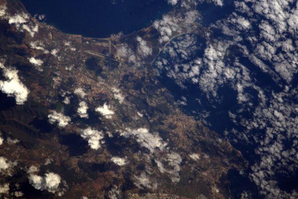 Letiště Hyeres-Toulon (TLN/LFTH) je obklopeno pláží. Hádejte, kde bych byl raději. ;)