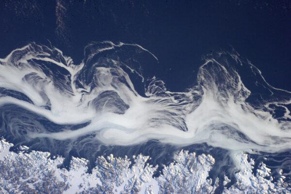 Krásné pohyby mraků na východním pobřeží Kanady. Jako pilot jsem viděl shora hodně mraků, ale jejich typů a formací je více, než si dokážete představit. Můj kolega Alexander Gerst je jimi přímo posedlý a věnoval jim celé album! https://www.flickr.com/photos/astro_alex/albums/72157645247314183 EDIT: Ve skutečnosti je na téhle fotce led vířící v oceánu.