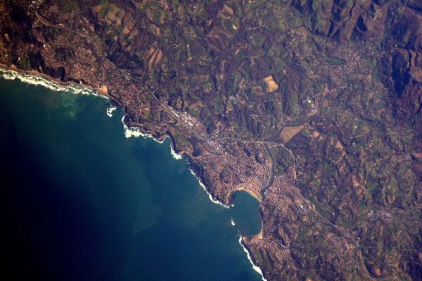 Saint-Jean-de-Luz a jeho záliv s typickým tvarem, který připomíná mušli.